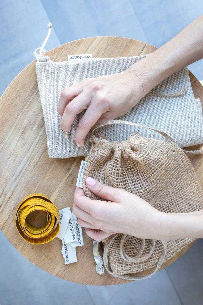 Cosiendo a mano bolsas de tela reutilizables Verdonce