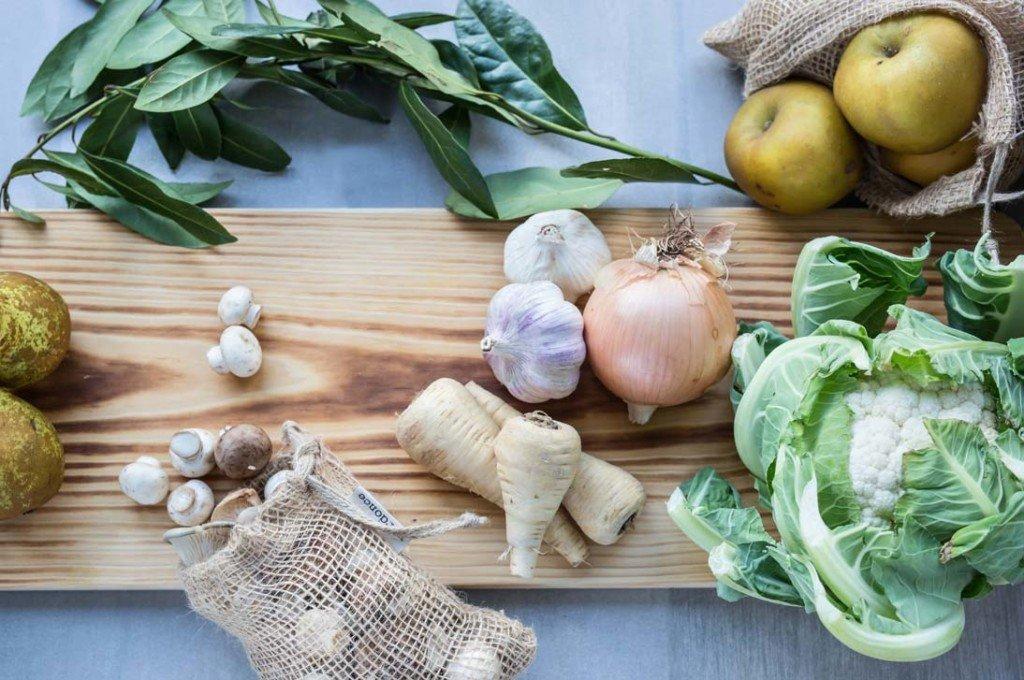 Tabla de madera con verduras y bolsa de tela de yute Verdonce con champiñones
